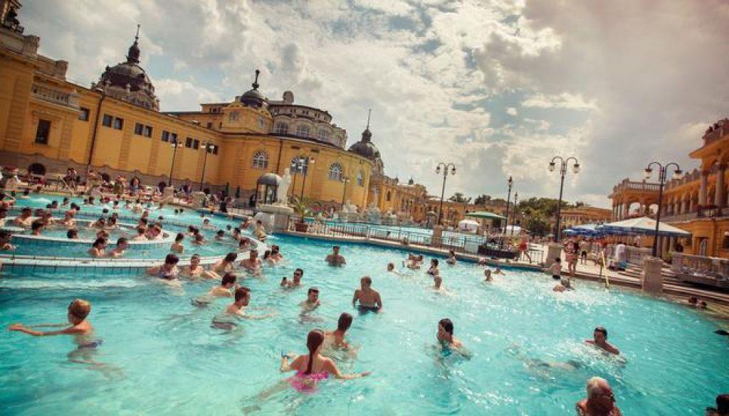 itinerary_mobi_Hungary-Budapest-Szechenyi-Thermal-Bath-Pool-People-Swimming-Shereen-Mroueh-2014-IMG4083-Processed-Lg-RGB-web