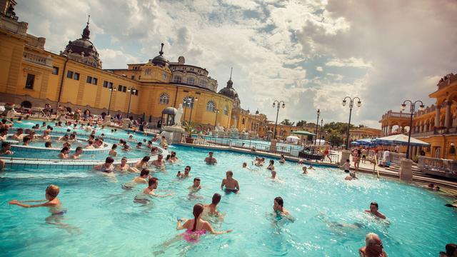 itinerary_mobi_Hungary-Budapest-Szechenyi-Thermal-Bath-Pool-People-Swimming-Shereen-Mroueh-2014-IMG4083-Processed-Lg-RGB-web